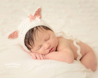 Crochet newborn baby cat bonnet with a bow in cream color. Photo prop. Kitty bonnet.