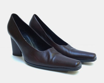 PRADA!!! Lovely 1990s 'Prada' chocolate brown pumps with teardrop shaped chunky heel / Size 38 1/2 / Made in Italy