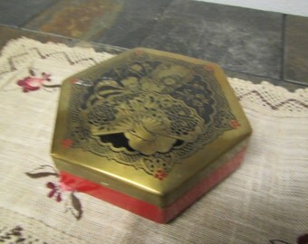 vintage ARTSTYLE CHOCOLATE Co. Decorative  Octagonal footed tin box *  one pound candy tin.