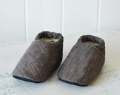 grey linen baby shoes, baby booties, grey baby shoes, gray baby shoes, baby shower gift, elastic baby shoes, moccs, wee little piggies
