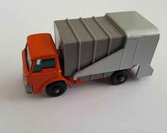 Vintage Matchbox Series No 17 Refuse Truck, Made in England by Lesney Condition 9.5