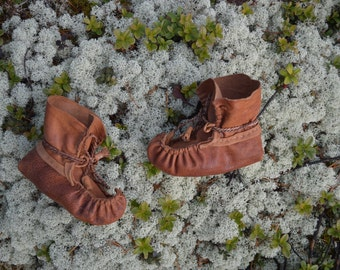 Baby boots. Sami baby slippers. Unisex reindeer leather boots for 2-3 years old.