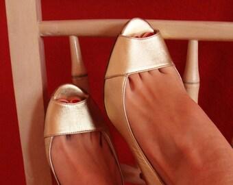 Gold leather peep-toe pumps!