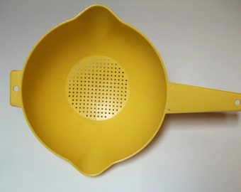 Vintage Yellow Tupperware Strainer Large Two Quart Half Gallon Size Sunny Drainer Colander Pour Spouts 1523-5 Cooking Spaghetti Noodles NICE