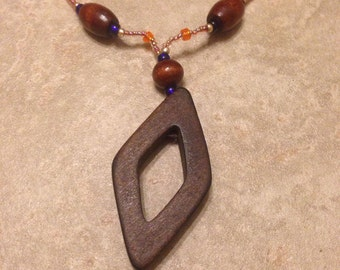 Wooden accents necklace