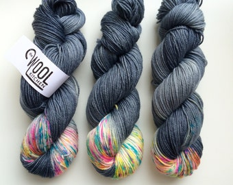 Hand dyed DK Heterochromia yarn Blue Faced Leicester supperwash 100g, BFL is a British breed.