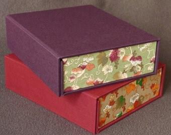 Magnetic clasp budou box