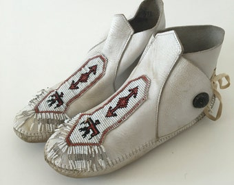Vintage White Leather Beaded Moccasin Boots size 9-10