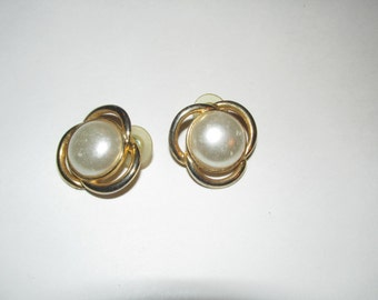 Vintage Faux Gold Faux Pearl  Earrings / Costume Jewelry Estate Jewelry Inexpensive Jewelry Pierced Earrings