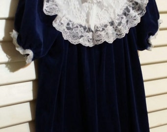 Adorable little gir vintage roayle blue dress laced in white. size 6X.