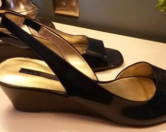 BANDOLINO BDJAYY Dark Royal Blue Patent Leather Wedge Heels Slingbacks Sandals Sz 7M Never Worn in Original Box