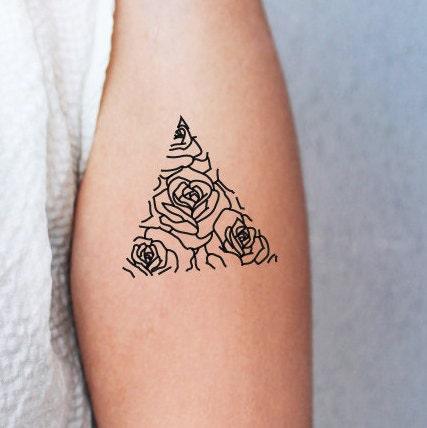 2 tatouages temporaires rose en triangle tatouage. Black Bedroom Furniture Sets. Home Design Ideas