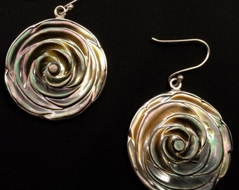 Earrings made of mother of Pearl and framed in silver.925 law