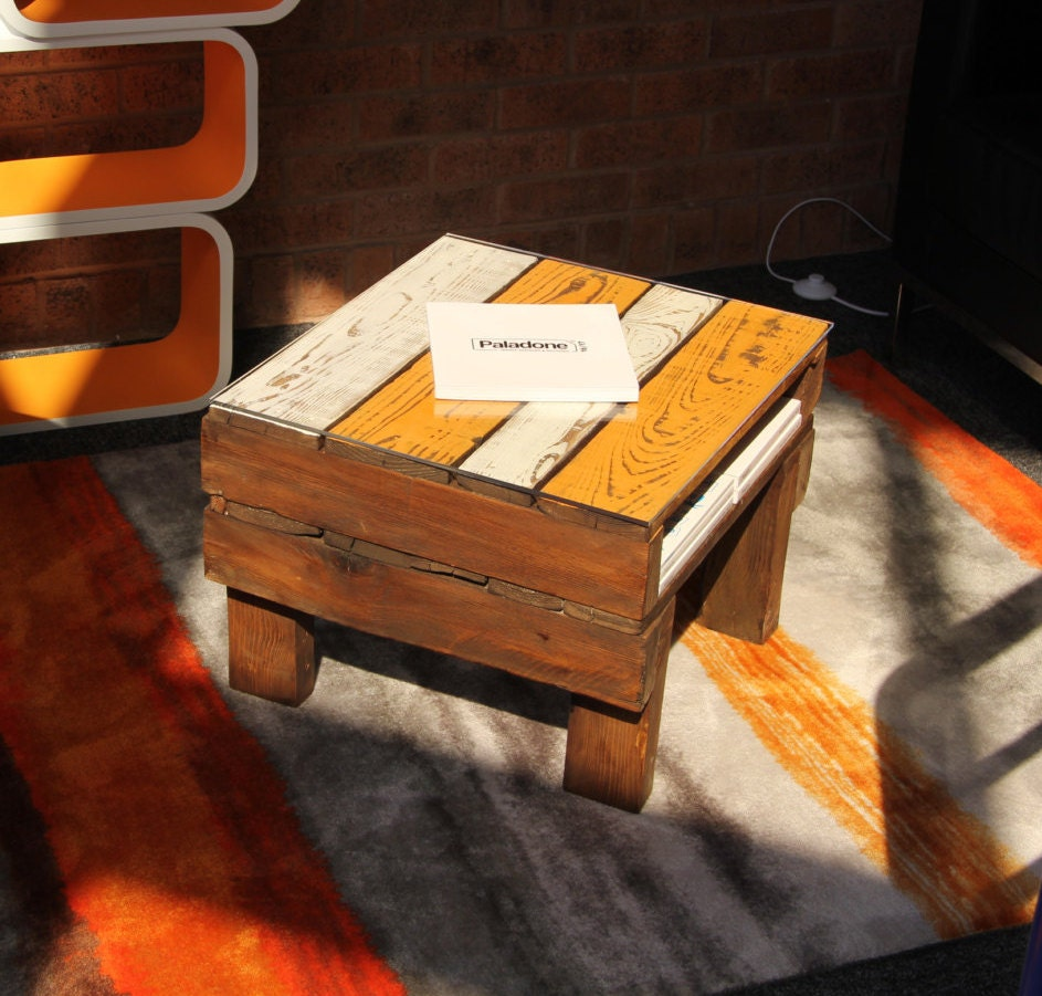 Rustic painted recycled pallet coffee table for Painted pallet coffee table