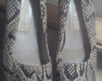 Vintage faux snakeskin print pump by Dolcis