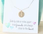Meilleur ami collier, collier flèche, bijoux de l'amitié, longue Distance meilleur ami cadeau, deux initiales, or collier initiale, personnalisé