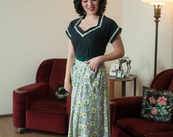 Vintage 1940s Dress - Darling WWII Era Printed Cotton 40s Day Dress with Wonderful Polka Dot Daisy Print and Contrast Bodice
