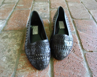 Vintage Womens 7w Trotters Black Leather Slip On Loafers Round Toe Flats Loafer Oxfords Woven Braided Hipster Preppy Summer Fashion Native