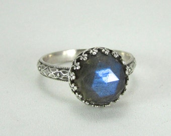Labradorite ring on a floral patterned sterling silver band - faceted rose-cut cabochon - limited edition