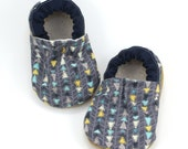 soft sole shoes, baby boy shoes, baby girl shoes, gray and navy, gender neutral baby gift, vegan baby shoes, baby moccasins baby arrow shoes