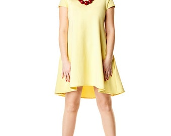 Trapezoid dress with longer back in yellow