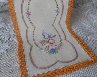Vintage Embroidered Oblong Doily  ~  Bone Linen with Crochet Edging