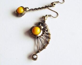 Ethnic asymmetrical earrings - brass - yellow