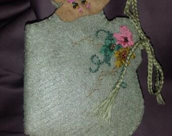 Bonnet Lady Needle Keeper