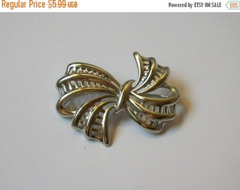 ON SALE Vintage Silvr Tone Bow Pin 749