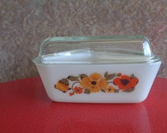 Vintage 1970's Retro Pyrex glass triangular refridgerator  dish with lid, yellow/red floral pattern