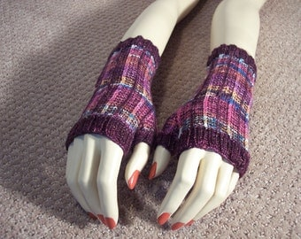 Purple fingerless gloves designed by Kvaustin