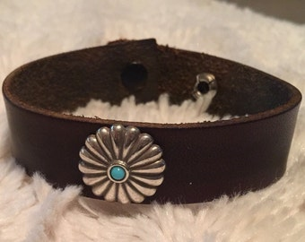 Leather bracelet with turquoise and silver colored conch