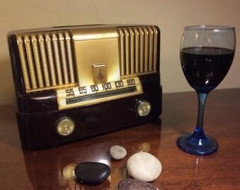 "Emerson ""Moderne"" 561A  vintage '49 marbled bakelite AM tube radio.  Fully restored.  Gorgeous!"