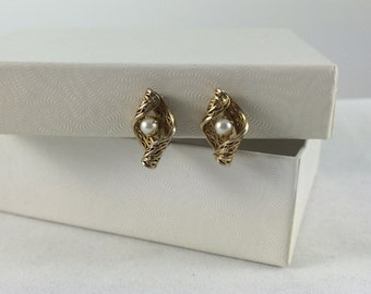 Tiny Vintage Forties Screw Back Earrings / Gold Tone Filigree Scroll with Faux Pearl in Centre / Mid Century Estate Jewelry