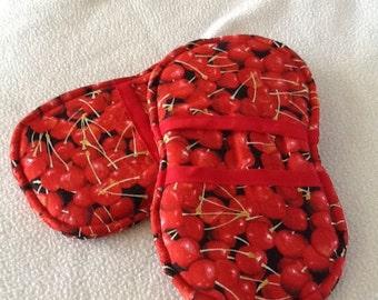 Red cherry potholders set
