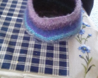 Felt bowls in blue, and Federal