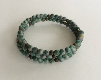 Bead memory wire bracelet - green gemstone bronze accents