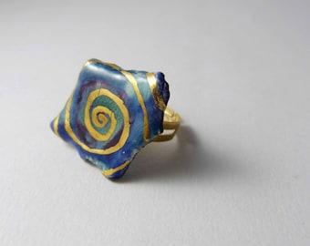 Ceramic ring, multicolour with  gold spirale. Bague céramique, multicolore avec spirale d or.