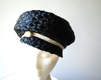 Mod vintage 60s charcoal black , basket woven, raffia straw hat cap with a white accent. Made by John Jr. Size21