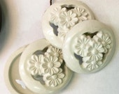 4 Vintage buttons white flower acrylic buttons   hard plastic quantity 4 used (SEW200) sewing supplies findings notions