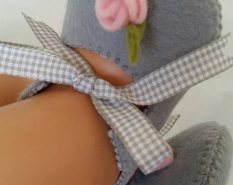 Light grey with pink rose woolfelt baby shoes