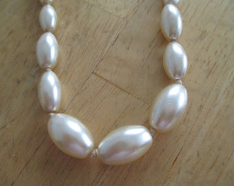 Vintage costume jewelry  /  pearl necklace
