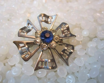 Vintage rhinestone brooch, blue rhinestones flower shape
