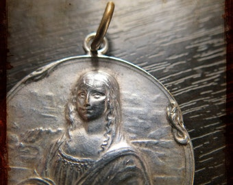 Antique rare French medal depicting Mona Lisa Louvre Joconde by Leonardo da Vinci - relief Jewelry pendant from France - jewelry project