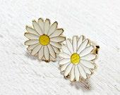 Vintage Enamel Flower Earrings, White Daisy Earrings, Gold Flower Earrings, Clip-On Earrings, 1970s Hippie Festival Flower Power Jewelry