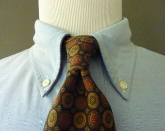 Vintage Brooks Brothers 346 Pure Silk Bronze Geometric Medallion Foulard Pattern Trad / Ivy League Neck Tie.  Made in USA Printed in Italy.