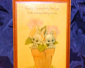 """Vintage """"Knowing that somebody loves you is the loveliest feeling known""""  Wood Mouse Plaque"""