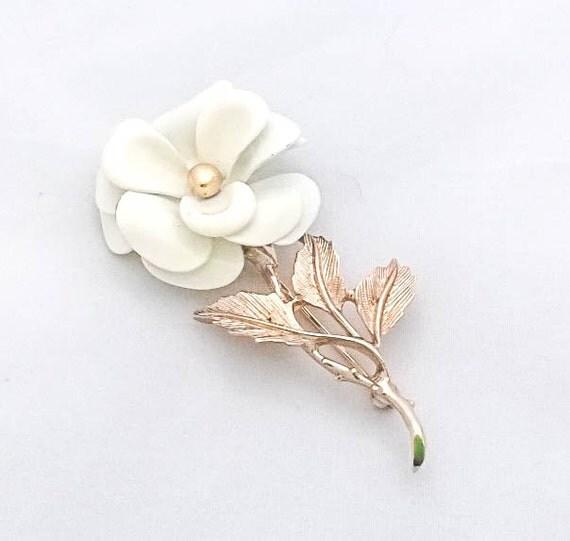 Vintage Avon White Enamel Metal Flower rose daisy Gold tone brooch pin