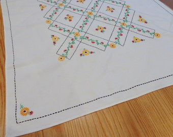 Vintage Table Linen Hand Emebroidered Flowers 50's Table Linen