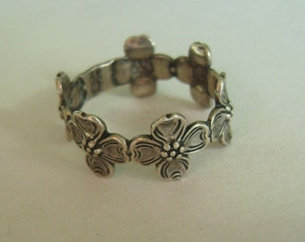 sweet dogwood flowers in a beau sterling ring, size 6